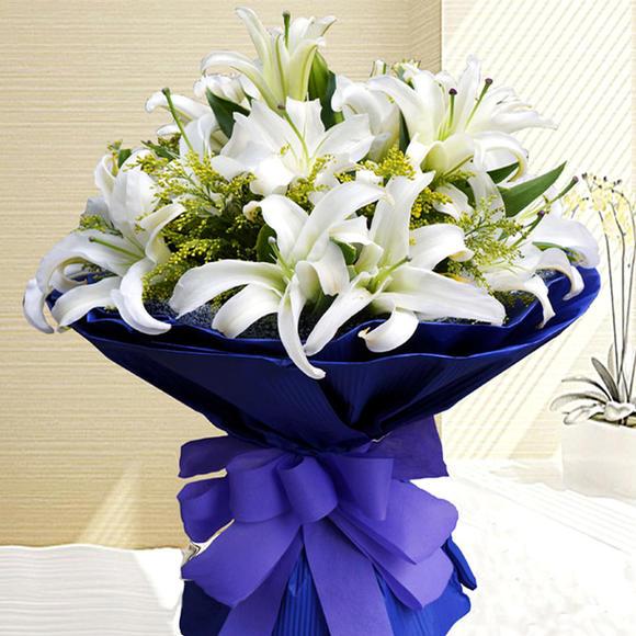 配叶点缀  包 装:深蓝色园形包装,配系紫色蝴蝶结
