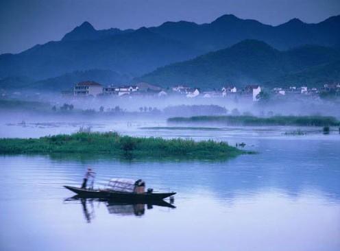 百里漓江的每一处景致,都是一幅典型的中国水墨画.
