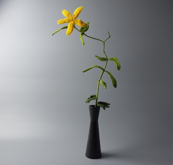 花朵,叶片,枝干等采用绒线纯手工编织,配以铜丝定型,可在一定范围内