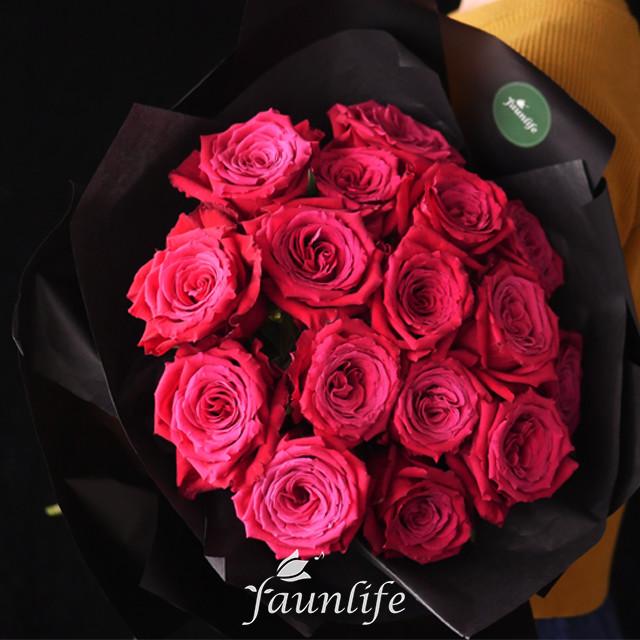 支玫瑰的花语是:守护你的女孩儿.