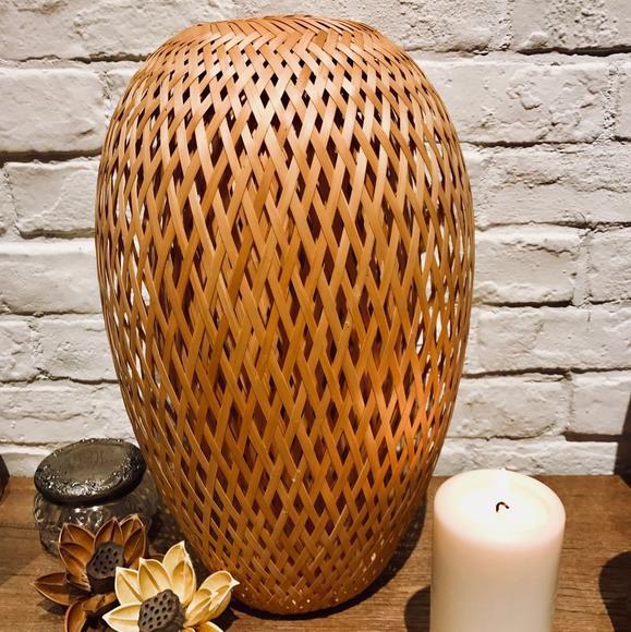 竹编灯罩采用了难度极大的 双层编制,不仅更加坚实耐用,而且更富立体