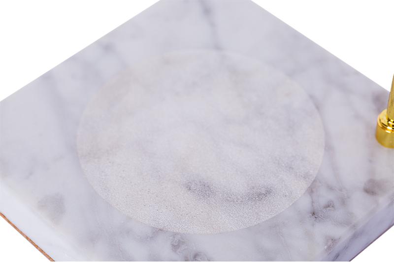 冷白色的大理石透着青灰色的纹路,贴心的防滑处理美观又安全.