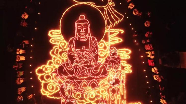以盂兰盆会为主题的供灯图案亮了.图片