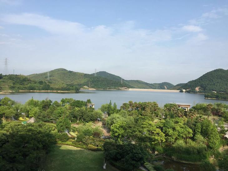 景点介绍:  九龙湖风景区位于镇海城区西北河头乡境内,距镇海城关和