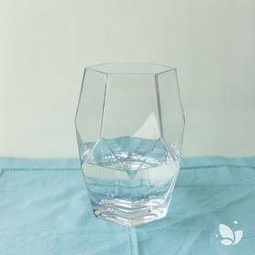 「透明玲珑」,几何形状酷酷透明玻璃花器。此花器适用于每周主题花束。「Nature自然系列」若用此瓶,需将花束根部剪短。