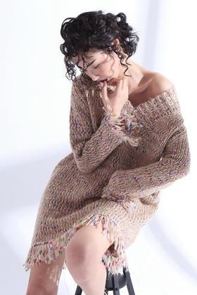羊毛粗针加厚混彩色V领露肩宽松流苏大毛衣裙
