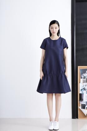 SYU HAN原创设计 简约挺括立体褶皱下摆 大A摆宽松腰有袖连衣裙