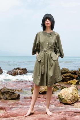 SYUSYUHAN设计师品牌 灯笼袖腰带军旅风装饰线金属扣帅气连衣裙