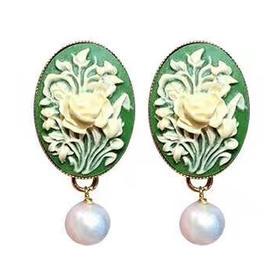 绿玛瑙贝雕耳环