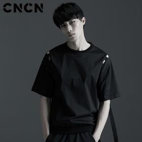 CNCN男装 夏季新款个性织带袖肩T恤 男士修身黑色体恤 CNBX29049