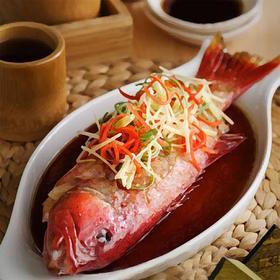 新鲜活鱼 | 甄选当季最肥美新鲜鱼类,当天清晨宰杀开背,香港三十年资深总厨独家蒸鱼配方,选用鲁花100%花生油,三葱丝,李锦记蒸鱼豉油,精准蒸煮时间蒸出鲜嫩口感