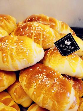 无水牛角面包  筋道十足 也是软软的 肉松夹心