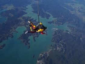 新西兰岛屿湾双人跳伞