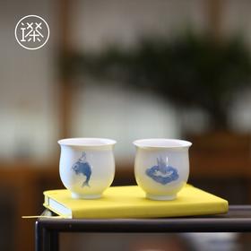 驾兔乘鲤     羽兔、鱼驾白瓷茶杯