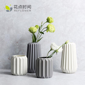 Slowly竖条纹陶瓷花瓶,表面瓷质柔和,光泽度好,搭配鲜花或者栽种水培绿植均可。