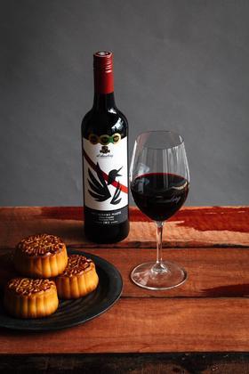黛伦堡 喜鹊设拉⼦维欧尼红葡萄酒 2013