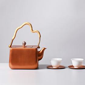 """煮一壶茶,感悟人生沉浮。轻云薄雾,吞吐烟气。神雕铜艺第六代传人的手工之作,一把好壶伴随一生,可以当做传家宝收藏更能传世,老话说""""九炼成器,造化入铜"""",时光会带给它迷人的气息。"""