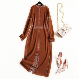 2018女装连衣裙冬圆领长袖领边纽扣设计条纹撞色宽松开叉长裙8636