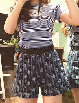 🔥🔥🔥新款chloe短裤 这款短裤我敢说绝对是这一季最好看的短裤之一 它不同于我们之前发的一些热裤 它的长度适中 腰身部分则是黑色撞色元素 右后边的chloe经典皮表时刻提醒着你它不是一款普通的