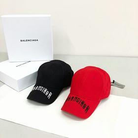 新款‼️Balen*** 超美的爆款❤️❤️❤️❤️❤️ 🌈新款字母刺绣帽 现货☁️ B家总是引领潮流 每出一款都是非常🔥爆的 这款帽子也不列外非常火 ! 全套包装。