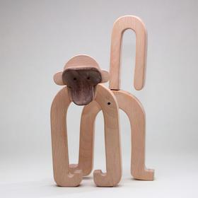 卡洛斯·克拉维利《萌爷爷的金丝猴》纯手工木刻摆件