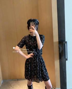YSL19早春新款迷你连衣裙‼️💯真丝❗️五角星图案印花,收腰的版型,上身超大牌