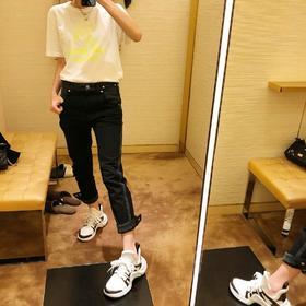 L^新款牛仔九分裤,超级好看,可以多种穿法,后面的纽扣可以打开!双色洗水工艺,拼接设计,非常显腿细长,原版开模定制五金,完美正品级,上身超帅气,经典百搭不过时!尺码 SML