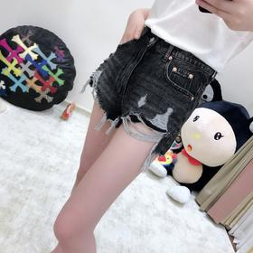 这条短裤深得我心!!小高腰,A字版,这必须妥妥的是又显瘦又显腿长的设计啊,质感做工面料非常精致到位,一看就是条价值不菲的好裤子 还这么独特,不给你们做回来,我自己都对不起自己