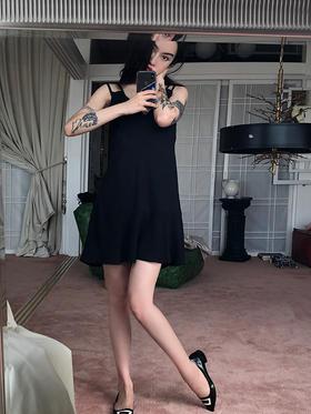 可爱的跳跃的拼接多面料清凉吊带小黑裙