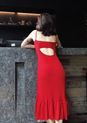 本命红露背大裙摆针织吊带长裙