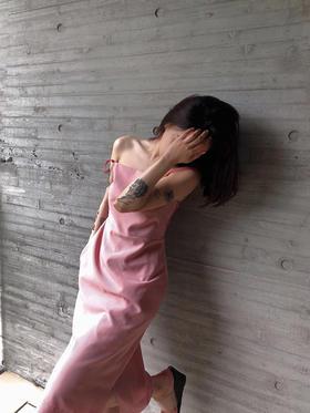 淡红色就是粉粉粉格子拼接大红一子法式吊带裙