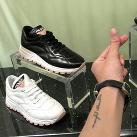 PRA*A 东莞原单货,*昂鞋厂,我们老板在东莞混了这些年,总是有点人脉的,但是拿出来的过程是很麻烦,也还是比较难,量也少,但终归是好东西。 很多人问:原单鞋是怎么来的呢?没错,就是没过质检的这一部分