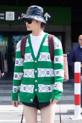 G***早秋新款开衫,这款衣服全羊毛面料,造型呈白绿条纹相间的V领开衫,五针做的,三色提花!