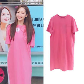 韩国甜心教主朴敏英同款,蜜桃色短袖后背拼接连衣裙。行走的水蜜桃女孩‼️爱了❤️上身意外的显白,后背处的小心机让人欲罢不能。