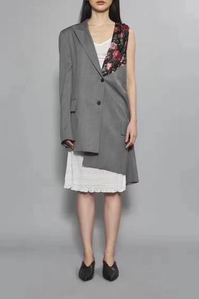 新晋小众设计师品牌 19fw 独家代购版 解构多穿西装 这一季最好看的一件西装外套 超多种穿法 细节很美  一定要买 超有设计感 绝对不会撞衫