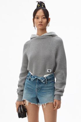 A*W大王这款上衣颇具特色,呈现罗纹针织衫内搭帽衫的假两件效果。无论款式设计还是面料材质,绝对是你不可错过的一款时尚单品!