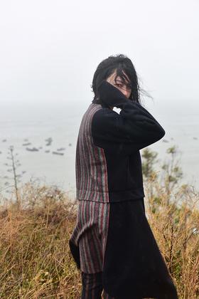 中式修长大衣 背后条纹设计