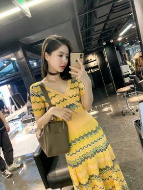 Sandr*地中海黄色度假风套装,一眼就被这个色调吸引了!实物和图片一样美!简直是显白神器!这一套穿出去减龄又显身材,我做的大货品质可遇不可求!忍不住的ZAN美啊!!!适合春夏秋的薄款针织,十分透气舒