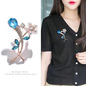 【为思礼】新款时尚蓝水晶珍珠花瓣胸针