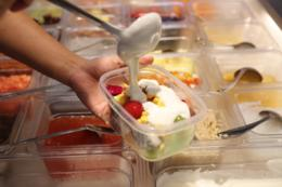 8.8元抢购超值水果捞!20种新鲜水果随便挑 能装多少算多少!还有酸奶、椰奶、燕麦等18种美味辅料随心加