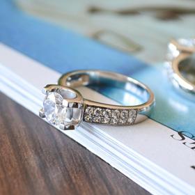 薇芙洛丝经典牛头款镶钻莫桑戒指