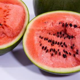 沙漠小吊西瓜  果肉鲜红  瓜瓤饱满  口感多汁~