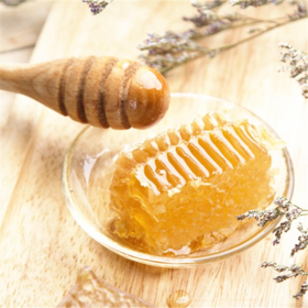 <可以嚼着吃的蜂蜜>东北黑蜂椴树巢蜜 营养是普通蜂蜜的4倍