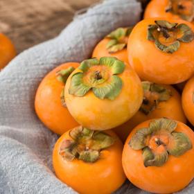 应季上新丨火晶柿子 丰腴多汁 皮薄如纸 极易剥离 清凉爽口 放软了吃
