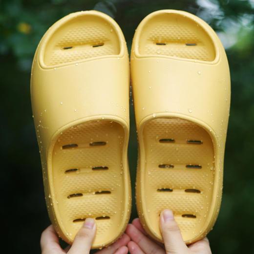 """拍二送干发帽一件【火遍全网!时尚""""踩屎感""""漏水速干拖鞋】比一般拖鞋更柔软舒适,加深凹槽更防滑,室内室外一双搞定,S码鞋面是磨砂面! 商品图0"""
