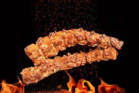 【春熙路/皇烤·火排骨】来自重庆的绝对美味,9.9元抢购门市价22元的秘制大龙骨一根,1根约1斤,现做现烤,闻得到的香味,看得到的品质!